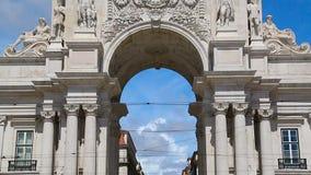 Lotto dei turisti che vengono a Lisbona a vedere Rua famoso Augusta Arch, sequenza archivi video