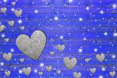 Lotto del cuore del ferro sul bordo di legno blu stagionato Fotografia Stock Libera da Diritti