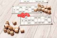 Lotto del gioco da tavolo sullo scrittorio bianco Barilotti di legno del lotto, carte del gioco Fotografie Stock Libere da Diritti