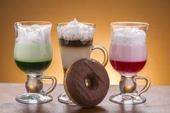 Lotto del lotto di caffee delle variazioni del caffè sul piatto Immagine Stock