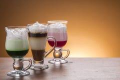 Lotto del lotto di caffee delle variazioni del caffè sul piatto Immagini Stock Libere da Diritti