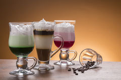 Lotto del lotto di caffee delle variazioni del caffè sul piatto Fotografie Stock