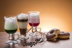 Lotto del lotto di caffee delle variazioni del caffè sul piatto Fotografia Stock