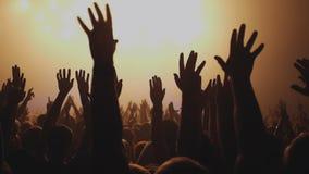 Lotto della gente che applaude al partito di rave video d archivio