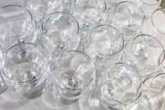 Lotto della tavola vuota vaga del partito di vetro al ricevimento fotografie stock