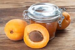 Lotto delle albicocche con glas di marmelade Immagine Stock