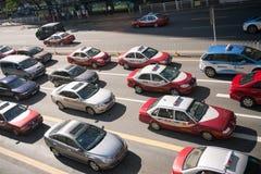 Lotto delle automobili e dei taxi sulla strada di Shenzhen Immagini Stock Libere da Diritti