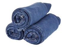 Lotto delle blue jeans isolate su fondo bianco Fotografia Stock