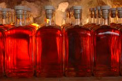 Lotto delle bottiglie con alcool Fotografie Stock