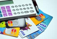 Lotto delle carte di credito e del calcolatore necessari fotografia stock libera da diritti