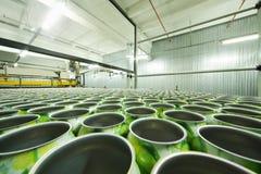 Lotto delle latte di alluminio verdi per le bevande nella fabbrica Fotografia Stock