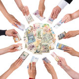 Lotto delle mani che danno soldi Immagine Stock