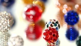 Lotto delle perle varicolored su fondo bianco video d archivio