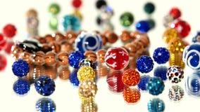 Lotto delle perle varicolored su fondo bianco archivi video
