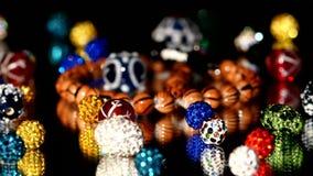 Lotto delle perle varicolored su fondo nero video d archivio