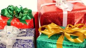 Lotto delle scatole, dei regali legati con i nastri e degli archi archivi video