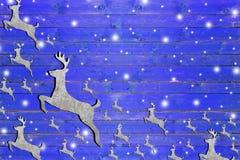 Lotto di ferro caro sul bordo di legno blu stagionato Fotografia Stock