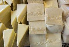 Lotto di formaggio nel deposito del formaggio al mercato locale immagini stock libere da diritti