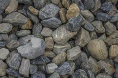 Lotto di grandi di pietre colorate multi della ghiaia pietre blu, bianche e grige in un mucchio fotografia stock libera da diritti
