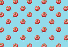 Lotto di grandi pomodori maturi rossi freschi sani organici su fondo blu Fotografie Stock Libere da Diritti
