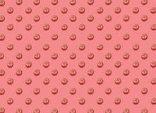 Lotto di grandi pomodori maturi rossi freschi sani organici su fondo rosso Fotografie Stock