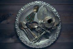 Lotto di retro utensile d'annata dell'argenteria su uno scrittorio della cucina Fotografie Stock