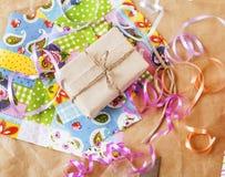 Lotto di roba per i regali fatti a mano, forbici, nastro, carta con il co Fotografia Stock Libera da Diritti