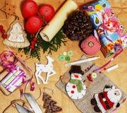 Lotto di roba per i regali fatti a mano, forbici, nastro, carta con il co Immagine Stock