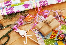 Lotto di roba per i regali fatti a mano, forbici, nastro, carta con il co Fotografia Stock