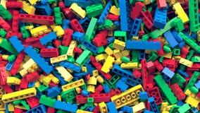 Lotto di vario fondo colorato dei mattoni del giocattolo Immagini Stock