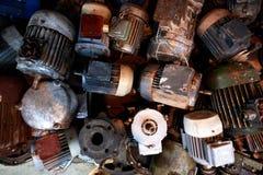 Lotto di vecchi motori elettrici arrugginiti, struttura fotografie stock libere da diritti