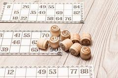Lotto för brädelek på det vita skrivbordet Trälottotrummor och lek ca Arkivfoto