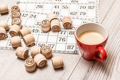 Lotto för brädelek på det vita skrivbordet Trälottotrummor och lek ca Fotografering för Bildbyråer