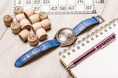 Lotto för brädelek på det vita skrivbordet Trälottotrummor och lek ca Royaltyfria Foton