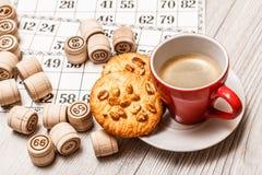 Lotto för brädelek på det vita skrivbordet Trälottotrummor och lek ca Royaltyfri Foto