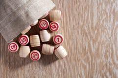 Lotto för brädelek Trätrummor spillde ut ur påsen på tabellen Gruppunderhållning, familjsemester Tappninglek passion arkivfoton