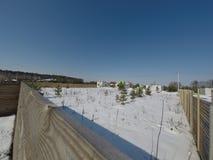 Lotto nell'inverno Costruzione di una casa privata Recinto sulla terra nell'inverno Fotografie Stock Libere da Diritti