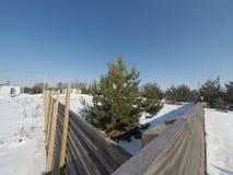 Lotto nell'inverno Costruzione di una casa privata Recinto sulla terra nell'inverno Fotografia Stock
