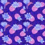 Lotus blåttblommor och lilasidor och lockiga vattenvågor, sömlös modelldesign, hand målad vattenfärg på mörker - blått Royaltyfria Foton