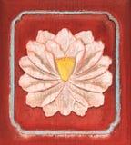 Lotus blanco en puerta de madera tallada antigüedad Imagen de archivo