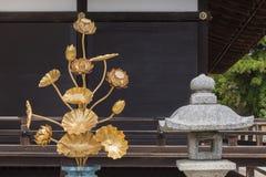 Lotus-Blumendekoration und japanische Steinlampe Stockfotos