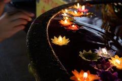 Lotus-Blumenkerzenbeleuchtung und Schwimmen in das Wasser Stockbilder