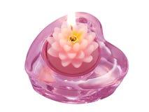 Lotus de bougie d'arome dans le chandelier de coeur sur un blanc Image stock