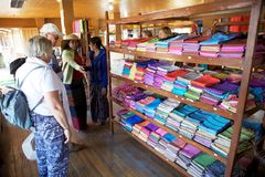 Lotus e matéria têxtil de seda em Myanmar Foto de Stock