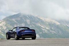Lotus Elise - gran de berglandschap van het sasso nationaal park Stock Afbeelding