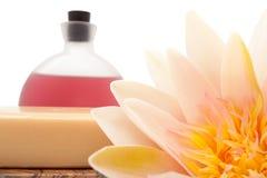 Lotus, essentiële oliën en badzeep stock afbeelding