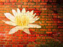 Lotus Flower en textura roja de la pared de ladrillo Fotos de archivo libres de regalías