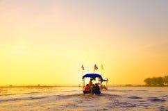 Lotus Lake rouge en Thaïlande au temps de lever de soleil Image stock