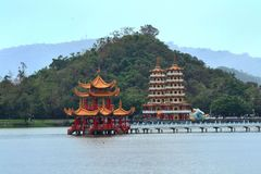 Lotus Lake, tempel, tiger och Dragon Pagodas, Kaohsiung, Taiwan royaltyfri bild