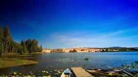 Lotus Lake Wooden Pier Boats pelas dunas de areia brancas vídeos de arquivo